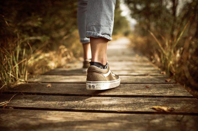 Sneakersy damskie na co dzień – jak wybrać?